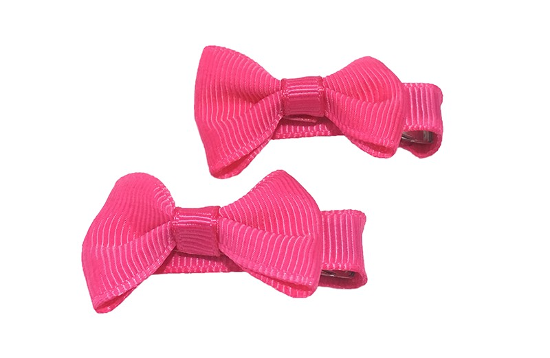 Lief setje van 2 fuchsia roze haarstrikjes. Op een alligator haarknipje, het knipje is bekleed met fuchsia roze lint.
