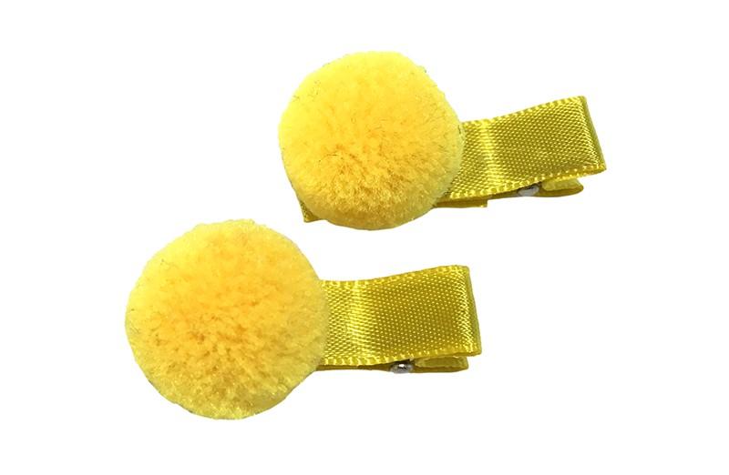 Schattig setje van 2 kleine alligator haarknipjes bekleed met geel lint. Met op elk een kleine gele pompom. Het haarknipje is ongeveer 3.5 centimeter.