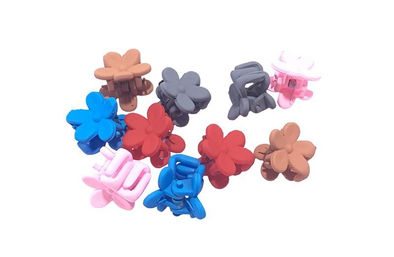 Leuk setje van 10 kleine haarknipjes in de vorm van een bloemetje. In verschillende vrolijke kleurtjes.