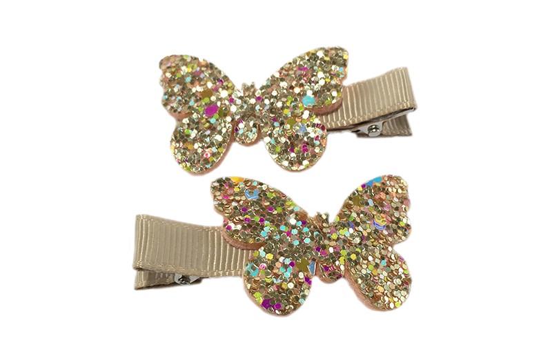 Schattig setje van 2 zand kleurige haarknipjes. Met op elk een vlindertje in goud glitterlook. Het haarknipje is ongeveer 5 centimeter en is bekleed met zandkleurig lint.