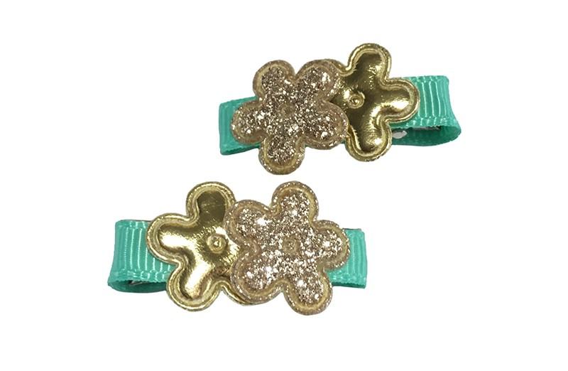 Vrolijk setje van 2 kleine alligator haarknipjes bekleed met licht groen lint.  Met op elk 2 goudkleurige minibloemetjes.