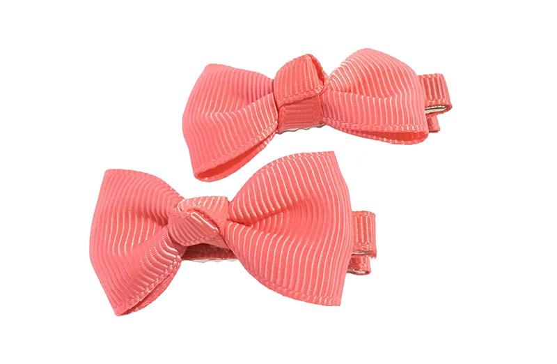 Lief setje van 2 koraalroze haarstrikjes. Op een alligator haarknipje, het knipje is bekleed met koraalroze lint.