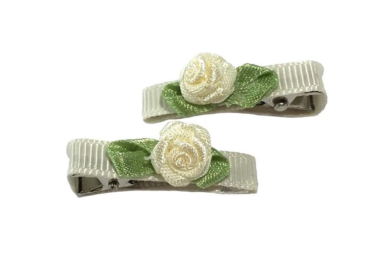 Schattig setje van 2 kleine, smalle haarknipjes bekleed met creme lint. Met op elk een licht geel roosje. Het knipje is een alligator knipje van ongeveer 3 centimeter.