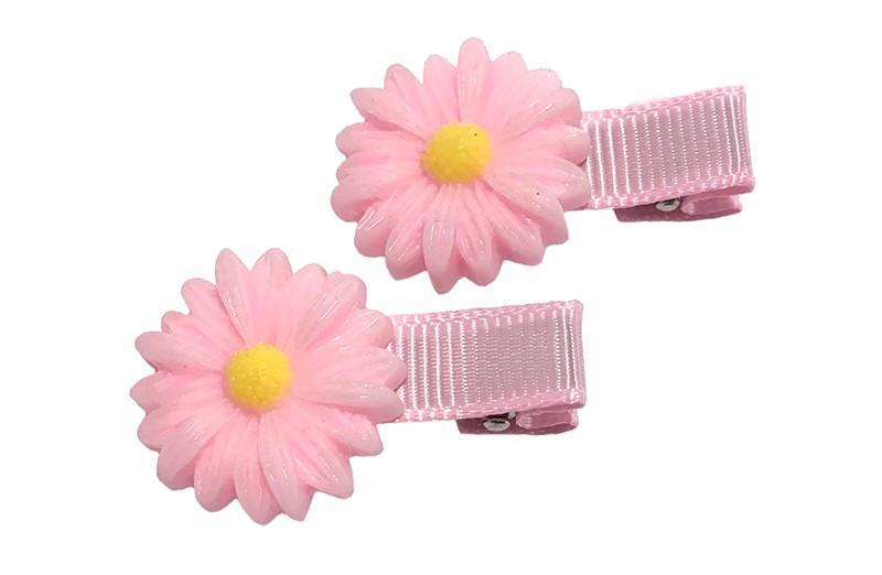 Schattige setje van 2 peuter haarknipjes bekleed met licht roze lint. Met op elk een licht roze met geel bloemetje.  Het haarknipje is een plat alligatorknipje van ongeveer 3.5 centimeter.