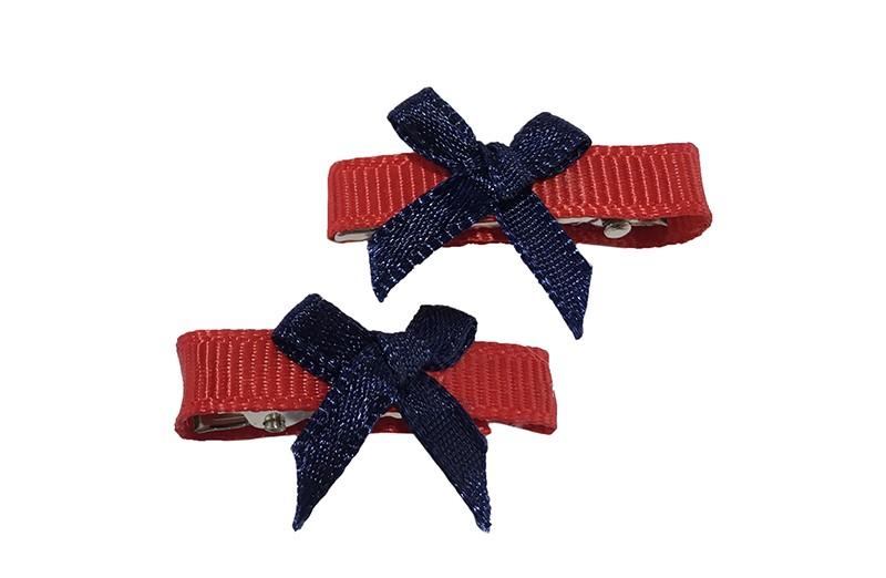Vrolijk setje van 2 haarknipjes met kleine tandjes, bekleed met rood lint.  Met op ieder een donkerblauw strikje.  Het haarknipje is ongeveer 3 centimeter breed.