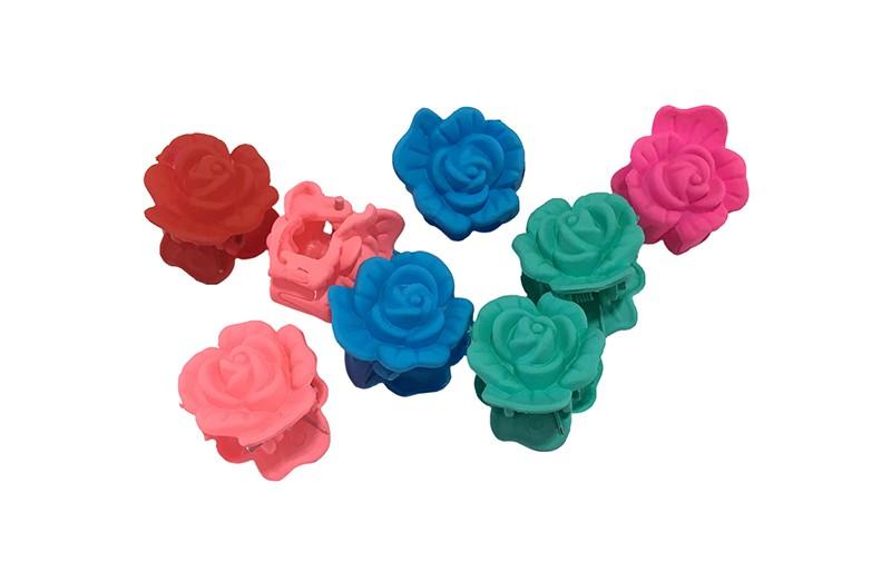 Handig setje van 8 kleine haarknipjes in de vorm van een roosje.  In de vrolijke kleurtjes mintgroen, blauw, roze en rood. Handig om bijvoorbeeld de haartjes in een vrolijk dotje vast te zetten.