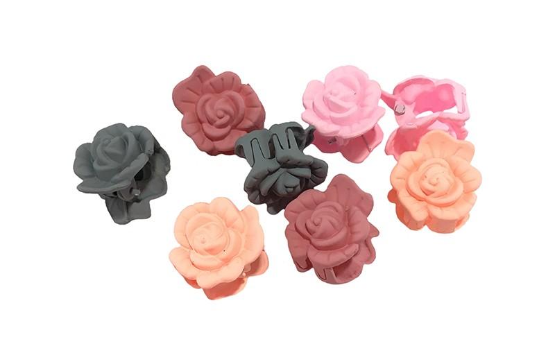 Vrolijk setje van 8 haarknipjes in de vorm van een roosje.  In de handige kleurtjes: licht roze, grijs, oudroze en licht oranje.