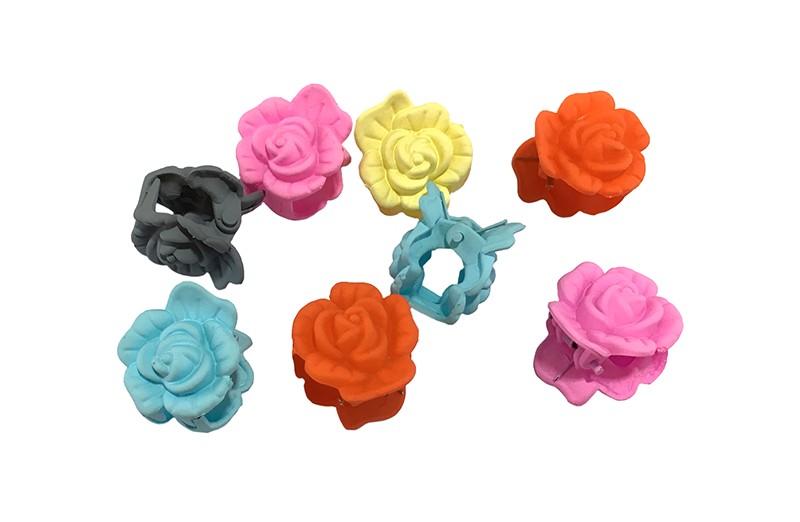 Handig setje van 8 kleine haarknipjes in de vorm van een roosje.  In de vrolijke kleurtjes lichtblauw, roze, grijs, oranje en geel. Handig om bijvoorbeeld de haartjes in een vrolijk dotje vast te zetten.