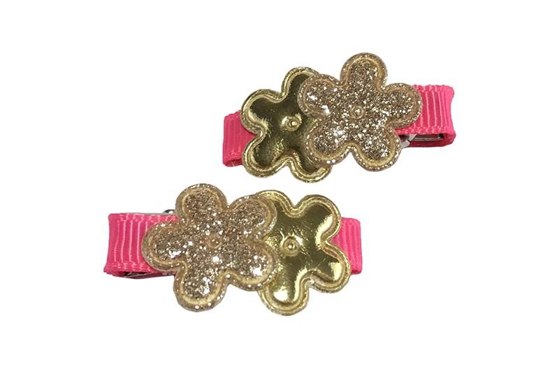 Vrolijk setje van 2 kleine alligator haarknipjes bekleed met roze lint.  Met op elk 2 goudkleurige minibloemetjes.