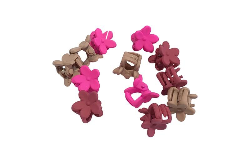 Leuk setje van 12 kleine haarknipjes in de vorm van een bloemetje. 4 taupe, 4 roze en 4 bordeauxrood.  Handig te gebruiken om wat haarplukjes uit het gezichtje weg te houden of maak er 2 vrolijke knotjes mee.