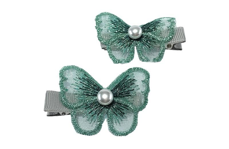 Vrolijk setje van2 peuter kleuter meisjes haarknipjes bekleed met lichtgrijs lint.  Met daarop een groen vlindertje van dunne kantstof.  Met in het midden een klein wit pareltje.