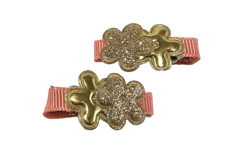 Vrolijk setje van 2 mini haarknipjes met kleine tandjes. Bekleed met zalmroze lint.  Met op elk een klein glanzend goud bloemetje en glitter goud bloemetje.