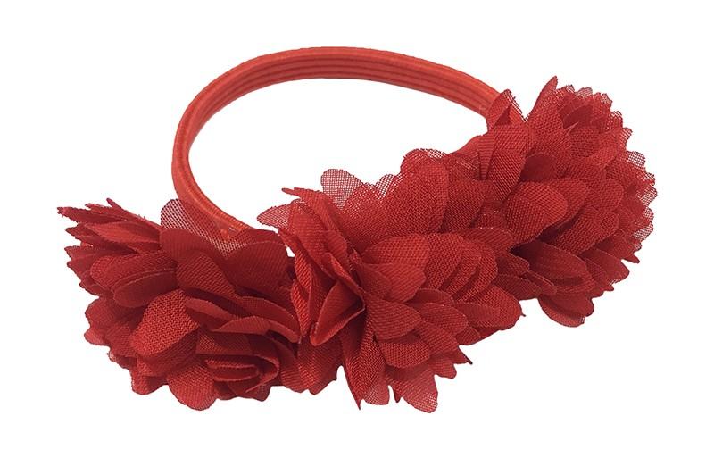 Schattige rood haarelastiek/knotbandje met 3 rode chiffon bloemetjes. Leuk in de haartjes van de meiden bij een leuk vrolijk knotje bijvoorbeeld.  Het rode elastiekje heeft een doorsnee van ongeveer 5.5 centimeter.