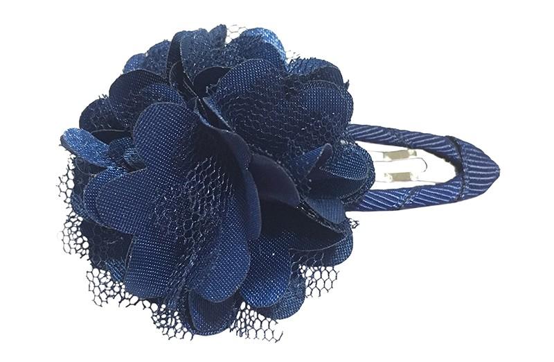 Schattige donker blauwe haarspeld bekleed met donker blauw lint.  Met een vrolijke donkerblauwe laagjes bloem.