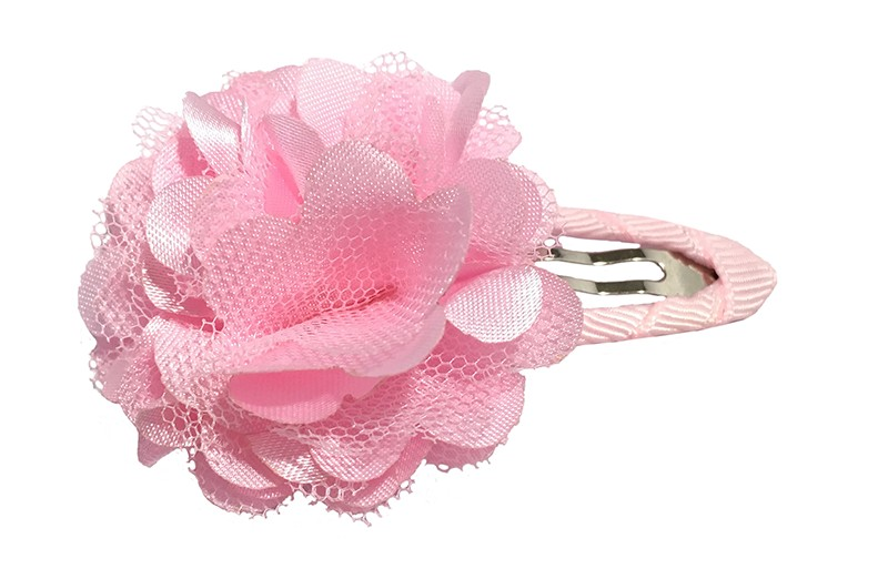 Schattige licht roze haarspeld bekleed met licht roze lint.  Met een vrolijke lichtroze laagjes bloem.
