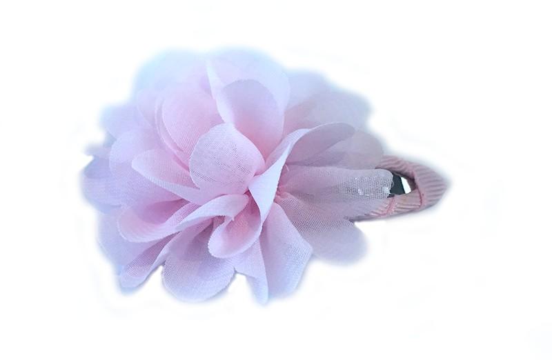 Leuke haarspeld met licht roze lint bekleed met daarop een licht roze chiffon bloem.