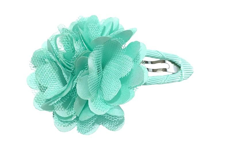Schattige mint groene haarspeld bekeed met mintgroen lint. Met een vrolijke mint groene chiffon laagjes bloem.