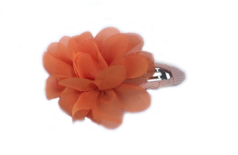 leuke haarspeld met zalmkleurig lint bekleed met daarop een oranje chiffon bloem.