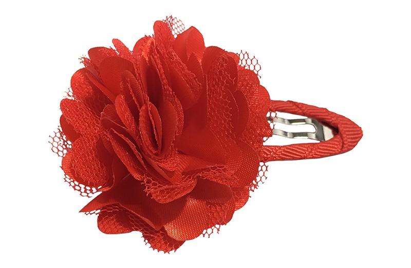 Vrolijke rode haarspeld bekleed met rood lint.  Met een vrolijke rode laagjes bloem.
