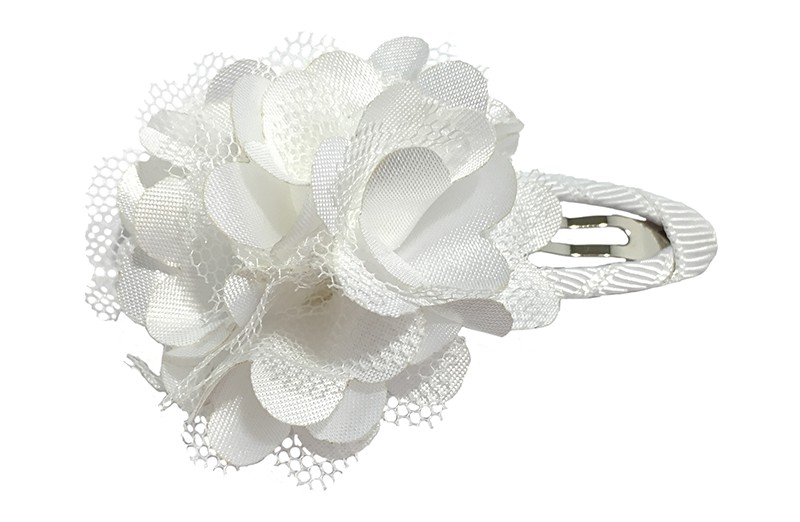Schattige witte haarspeld bekleed met wit lint.  Met een vrolijke witte laagjes bloem.