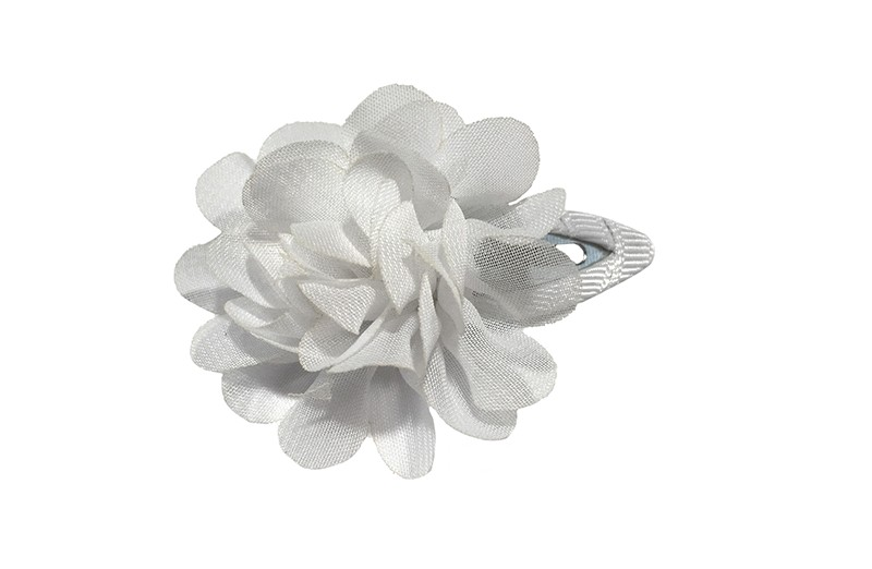 Leuke haarspeld met wit lint bekleed met daarop een witte chiffon bloem.