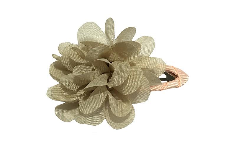 Leuke haarspeld met zalm roze lint bekkeed. Met daarop een zandkleurige chiffon bloem.