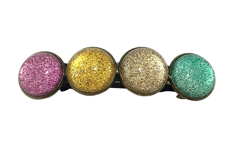 Vrolijke metalen meiden haarspeld. Met 4 glanzende 'glasknoopjes'  in verschillende kleurtjes: roze, geel, zand en zeegroen.  De speld is een gebogen klik haarspeld van 6.5 centimeter.