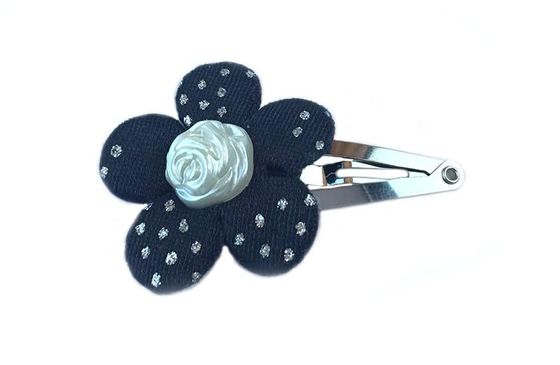 Leuk haarspeldje met een zwarte bloemetje met kleine glimmertjes erop. Afgewerkt met een ivoorkleurige parel in de vorm van een roosje.