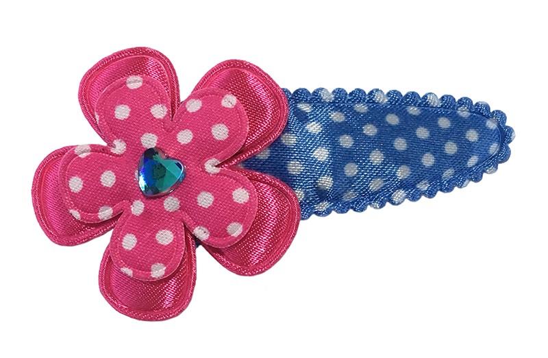 Vrolijk blauw wit gestippeld peuter kleuter haarspeldje. Met daarop een effen fuchsia roze bloemetje en een fuchsia roze bloemetje met witte stippeltjes. Afgewerkt met een felblauw glinster hartje.