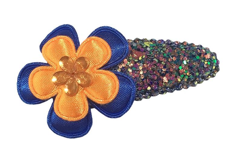 Vrolijk blauw peuter kleuter haarspeldje met glitter.  Met een kobaltblauw bloemetje, een oranje bloemetje en een oranje glinsterbloemetje.
