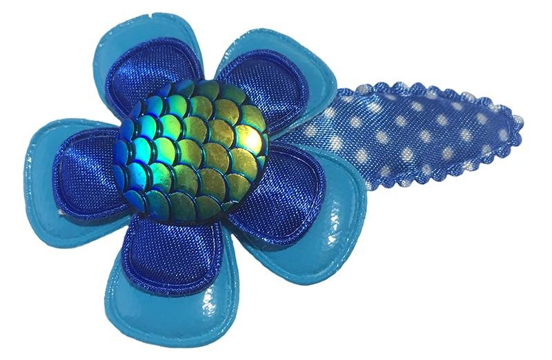 Vrolijk blauw peuter kleuter haarspeldje met witte stippeltjes.  Met daarop een lichtblauw leerlook bloemetje, een donkerblauw bloemetje.  En een glanzend blauw groene 'meermin' button.