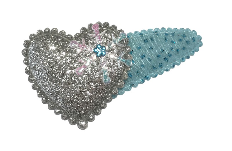 Vrolijk blauw peuter kleuter haarspeldje met glittertjes.  Met een zilvergrijs glitter hartje. Afgewerkt met een klein zilver ijssterretje en een blauw glinster bloemetje.