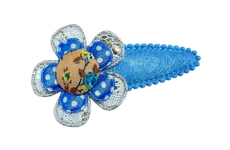 Leuk licht blauw peuter kleuter haarspeldje in viltlook.  Met een zilvergrijs bloemetje in kantlook, een blauw bloemetje met witte stippeltjes en een vrolijk stofknoopje.