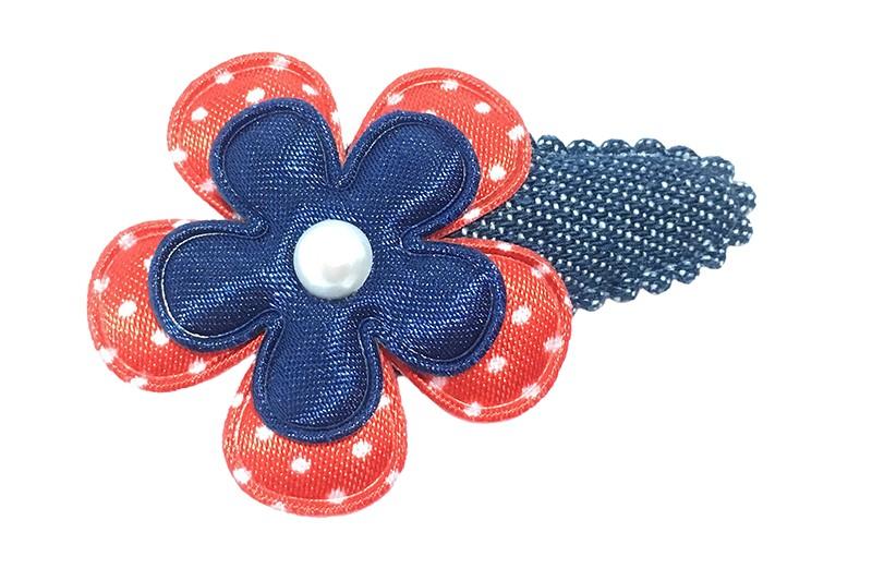 Leuk spijkerstoffen peuter haarspeldje. Met een rood wit gestippeld bloemetje en een effen donkerblauw bloemetje.  Afgewerkt met klein wit pareltje.