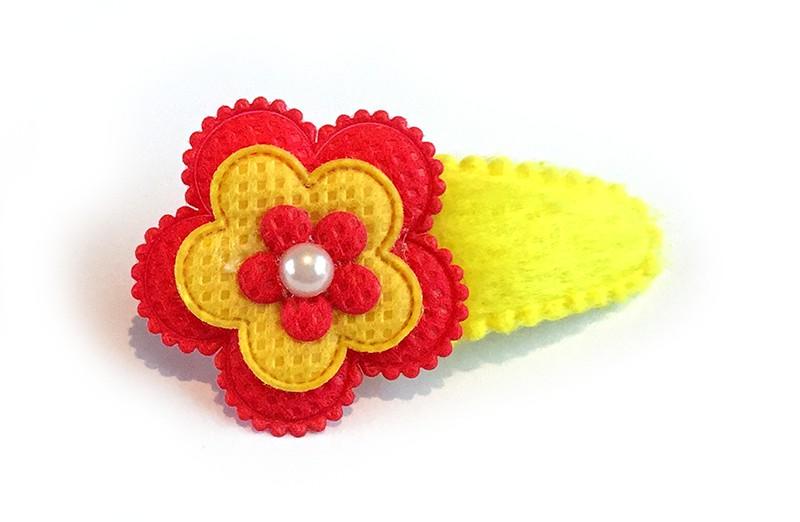 Vrolijk geel haarspeldje met rode en gele bloem. Afgewerkt met een klein pareltje.