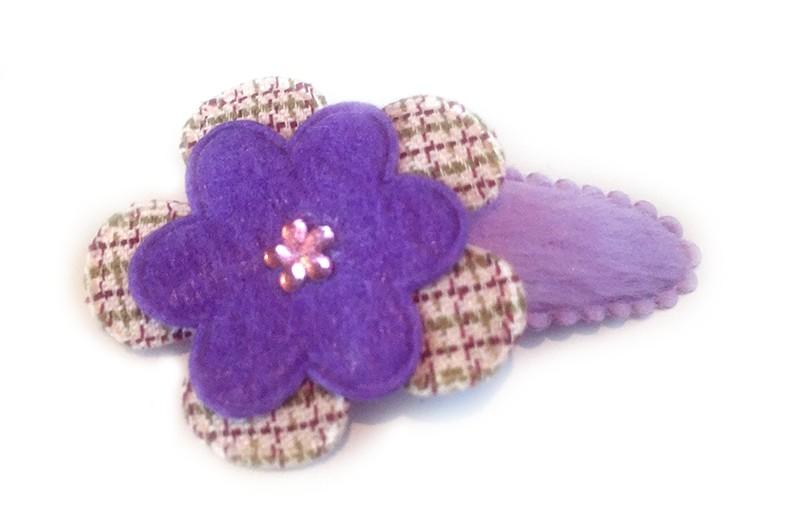 Stoer paars haarspeldje met lila gestreepte bloem en paarse bloem afgewerkt met roze glinsterend minibloemetje.