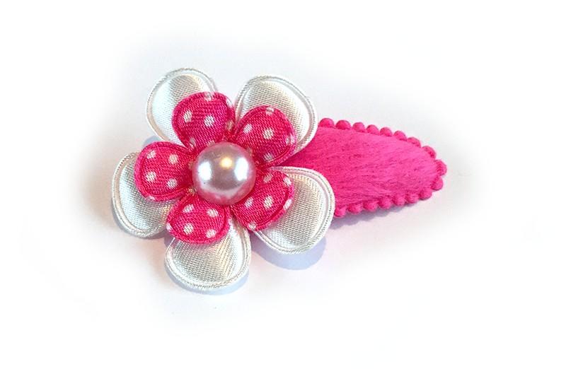 Leuk fel roze haarspeldje met glanzende effen witte bloem en roze met witte stippen bloem afgewerkt met wit pareltje.
