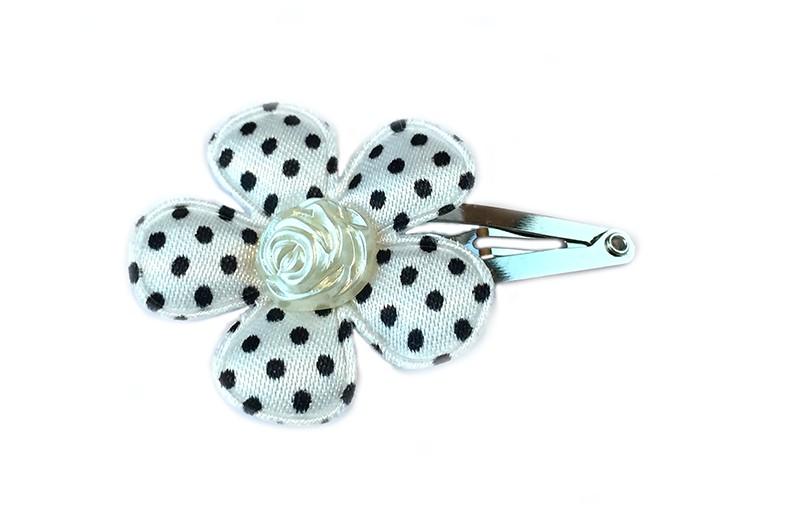 Leuk haarspeldje met wit bloemetje met zwarte stippeltjes. Afgewerkt met creme kleurige parel in de vorm van een roosje.