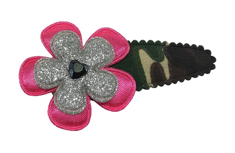 Vrolijk camouflage print peuter kleuter haarspeldje.  Met een fuchsia rosé bloemetje, een zilver glitter bloemetje en een klein glanzend hartje.
