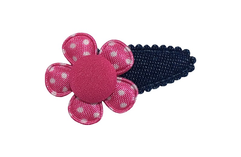Vrolijk denim baby peuter haarspeldje.  Met een fuchsia roze bloemetje met witte stippeltjes.  Afgewerkt met een fuchsia roze stofknoopje.