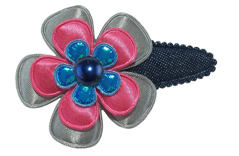 Leuk denim blauw peuter kleuter haarspeldje.  Met een grijze bloem, fuchsiaroze bloem en een klein fel blauw bloemetje.  Afgewerkt met een donkerblauw pareltje.