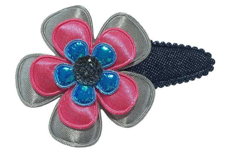 Vrolijk denim blauw peuter kleuter haarspeldje. Met een effen grijs bloemetje, een effen fuchsia roze bloemetje en een glanzend blauw bloemetje.  Afgewerkt met een blauw glanzend steentje.