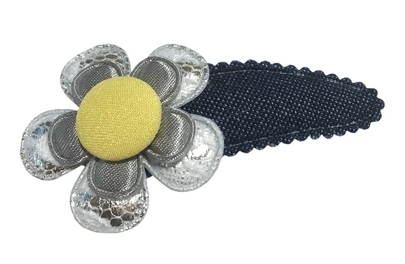 Vrolijk peuter kleuter haarspeldje in denimlook.  Met een zilver kantbloemetje, effen grijs bloemetje en een geel stofknoopje.