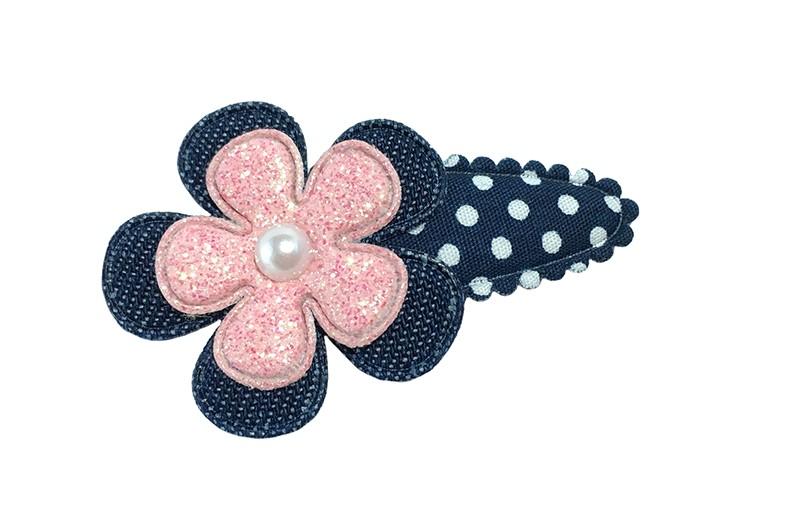 Leuk donkerblauw peuter kleuter haarspeldje met witte stippeltjes.  Met een spijkerstoffen bloemetje en een roze glitter bloemetje.  Afgewerkt met een klein wit pareltje.