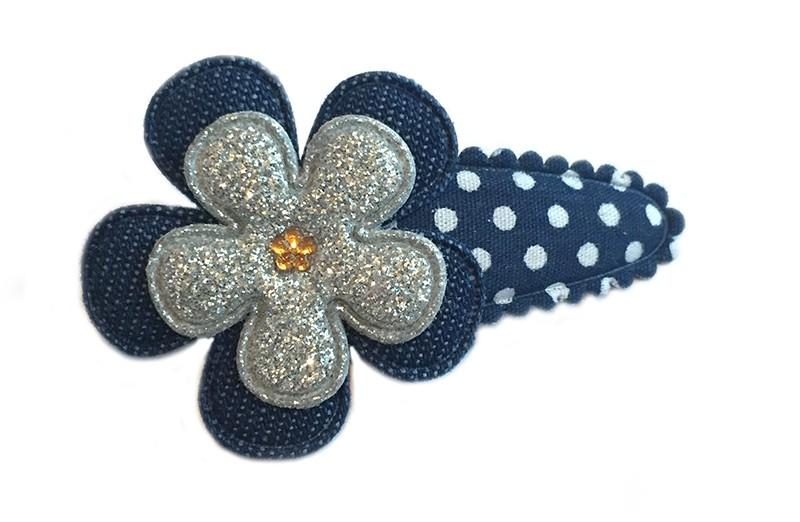 Leuk donkerblauw met wit gestippeld haarspeldje met effen spijkerstoffen bloemetje en zilveren glitter bloemetje. Afgewerkt met oranje bruine glimmertje.