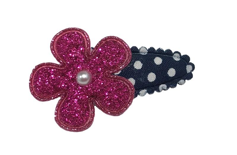 Vrolijk donkerblauw baby peuter haarspeldje metw witte stippeltjes. Met daarop een roze glitter bloemetje. Afgewerkt met en klein pareltje.