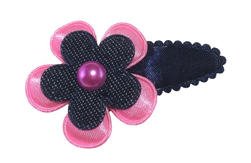 Vrolijk donkerblauw peuter kleuter haarspeldje. Met een fel roze bloemetje, denim blauw bloemetje en een klein roze pareltje.