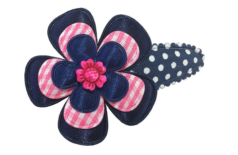 Vrolijk donkerblauw peuter kleuter haarspeldje met witte stippeltjes.  Met een effen donkerblauw bloemetje, een roze geruit bloemetje en een klein donkerblauw bloemetje.  Afgewerkt met een roze rustiek bloemetje.