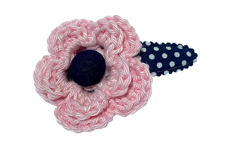 Schattig donkerblauw peuter kleuter haarspeldje met witte stippeltjes.  Met een lichtroze gehaakte bloem.  Afgewerkt met een donkerblauw stofknoopje.