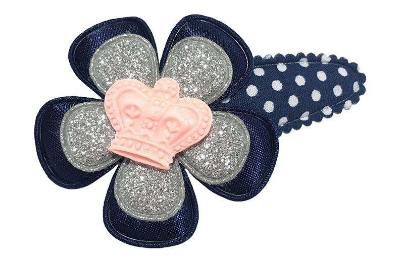 Schattig donkerblauw gestippeld peuter kleuter haarspeldje. Met een effen donker blauwe bloem en een zilver glitter bloemetje.  Afgewerkt met een licht roze kroontje.